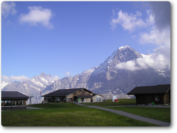 メンリッヘンのテレキャビンの駅、山はアイガー